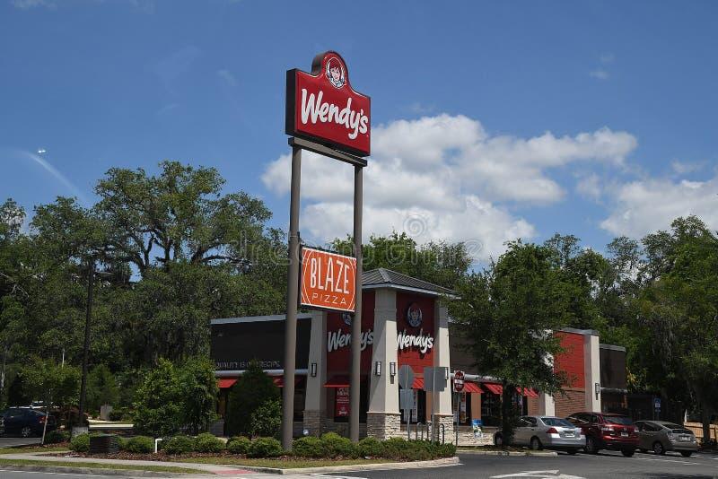 WENDYS-KEDJERESTAURANG I GAINESVILLE FLORIDA royaltyfri fotografi