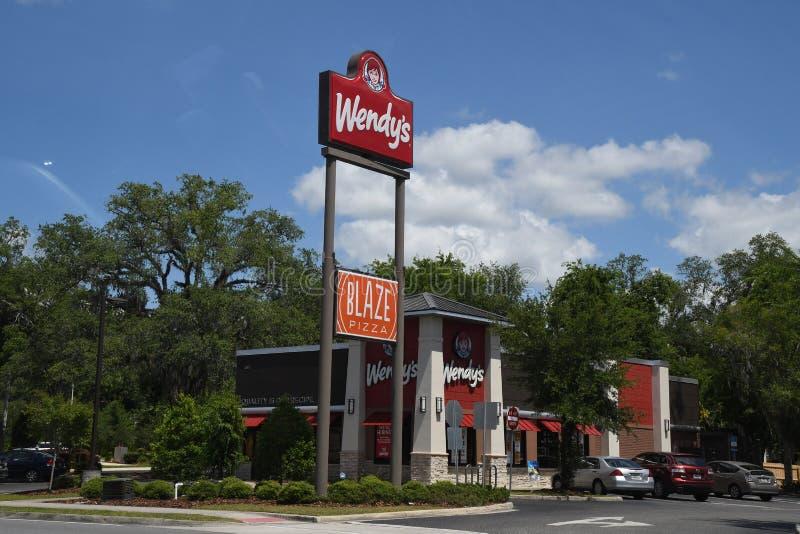 WENDYS-KEDJERESTAURANG I GAINESVILLE FLORIDA fotografering för bildbyråer