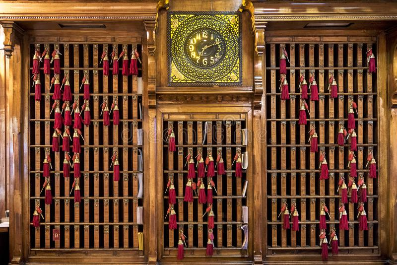 WENECJA †'WŁOCHY KWIECIEŃ 6, 2017: Kluczowy pierścionek recepcyjny biurko z kluczami i czerwieni kitkami zdjęcia royalty free