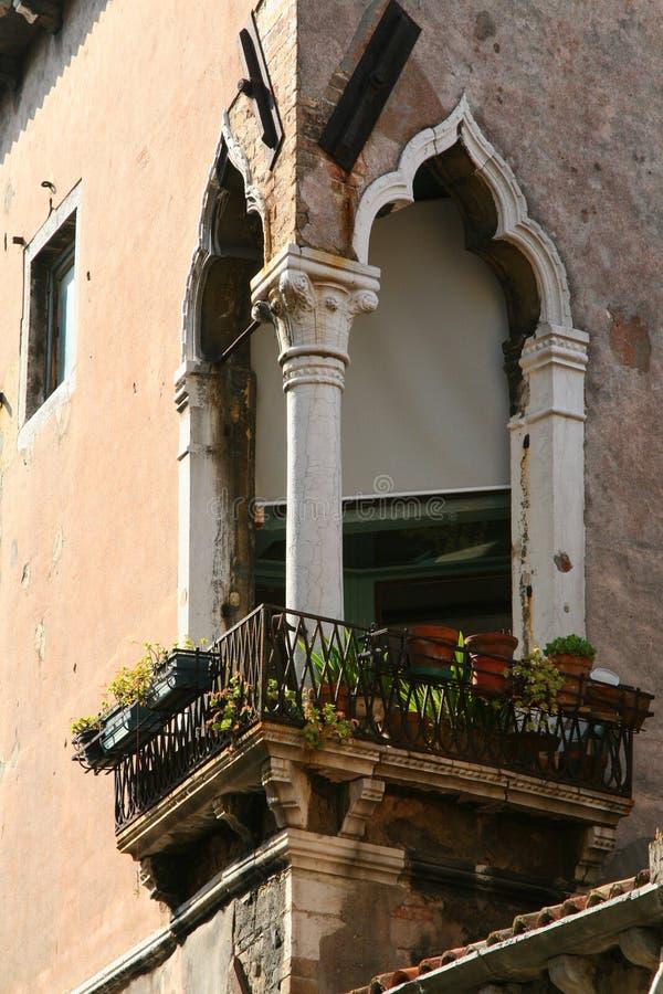 Wenecja, balkon na kącie z marmurowymi Mauretańskimi łukami obrazy royalty free