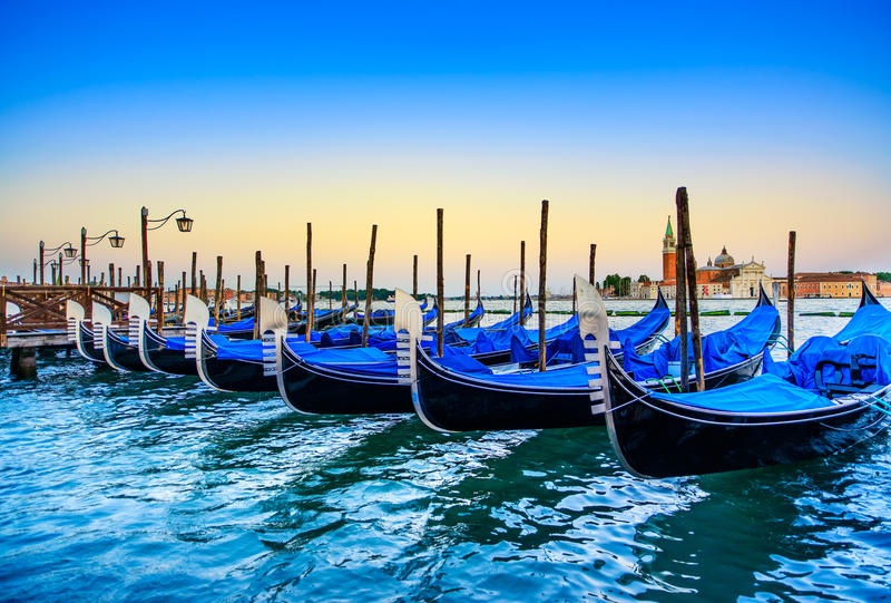 Wenecja, gondole, gondola na zmierzchu lub kościół na tle. Włochy zdjęcia stock