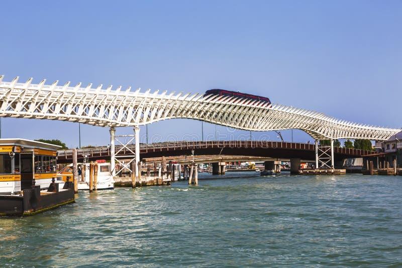 Wenecja Jednoszynowa linia łączy Wenecja ` s historycznego centrum z Marittima rejsu terminalami zdjęcie stock