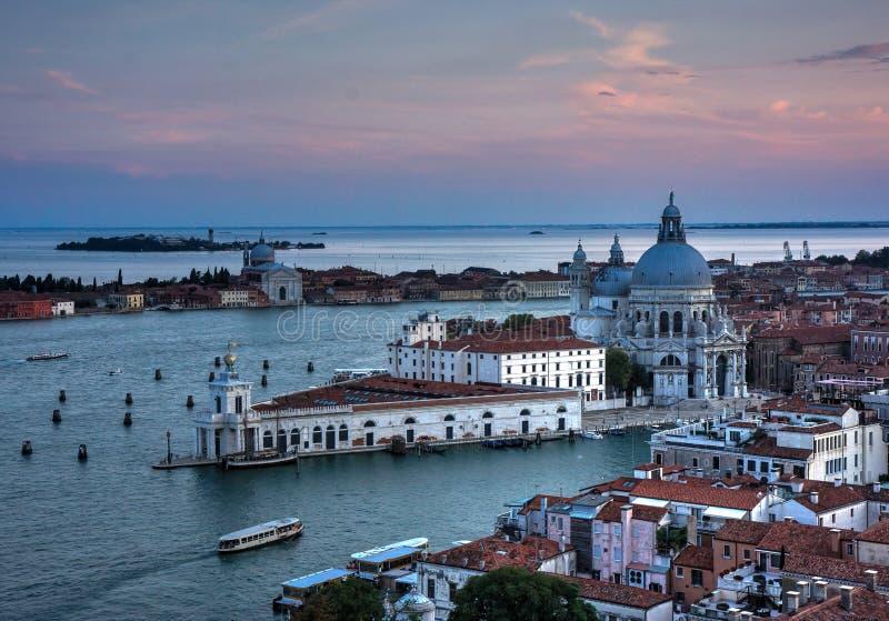 Wenecja kanał w zmierzchu i budynki zdjęcia royalty free