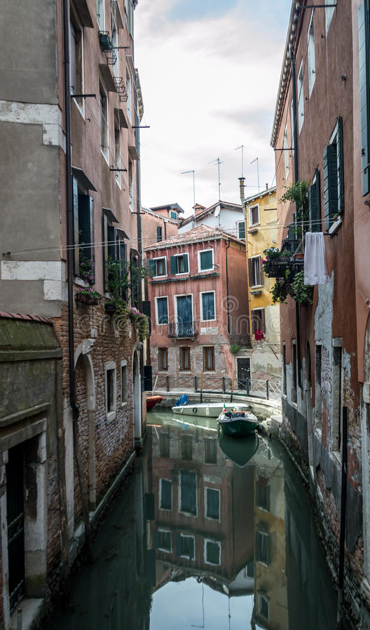 Wenecja kanał z łódkowatym odbiciem obrazy stock