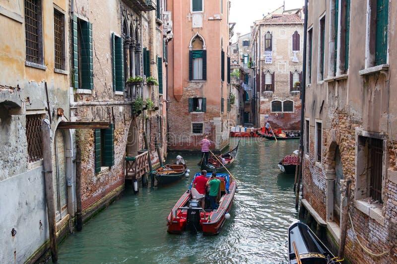 Wenecja kanału infrastruktura Ludzie w łodziach i gondolach zdjęcia stock