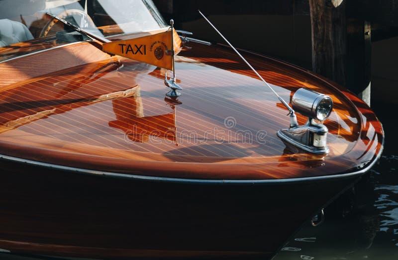 Wenecja Kwiecień 2018 taxi Nowożytna łódź parkująca w Venice - Włochy - zdjęcia royalty free