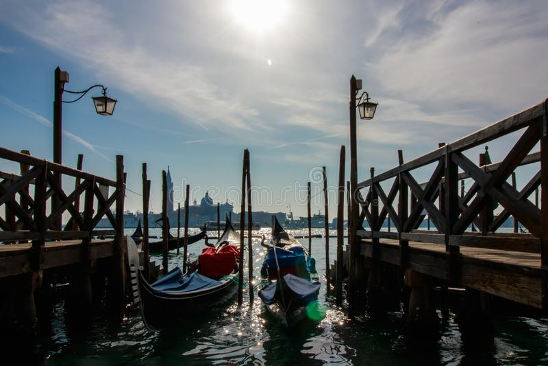 Wenecja miasta włoski widok z gondolami parkować przy seashore, kanały, mosty, morze i chmury nieba krajobraz, przy słonecznym dn obraz stock