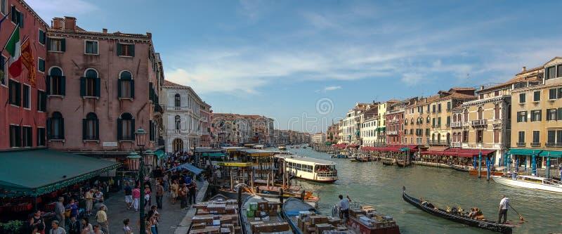 Wenecja panorama: kanał, łodzie i starzy ceglani domy w Wenecja, Włochy, Europa zdjęcia royalty free