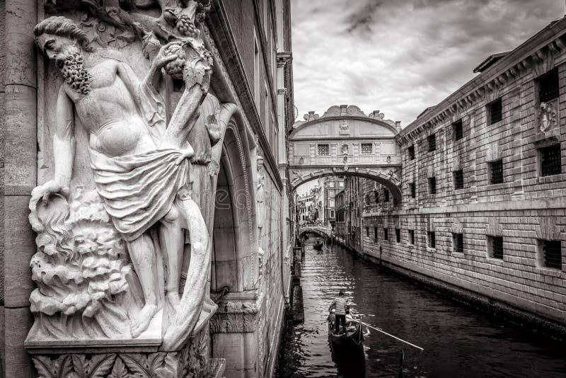 Wenecja pejzaż miejski z starą rzeźbą w czarny i biały, Włochy obraz royalty free