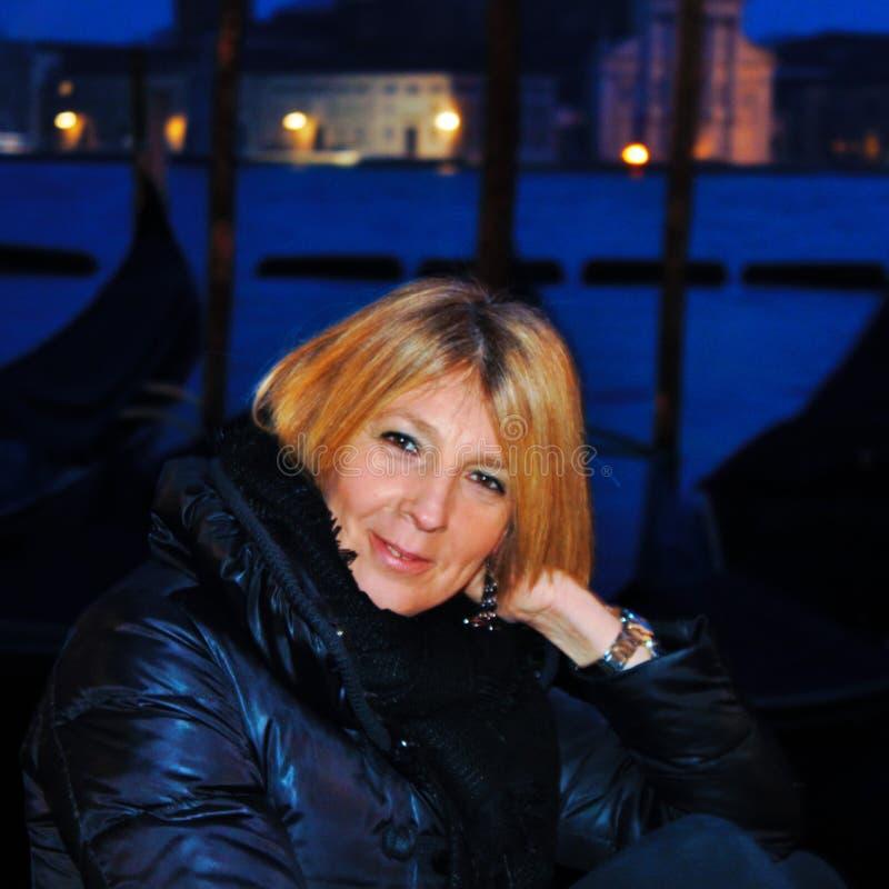 Wenecja, turysta pozuje dla fotografii na bankach piazza San Marco za gondoli tła pełniami Wenecki krajobraz, obrazy stock