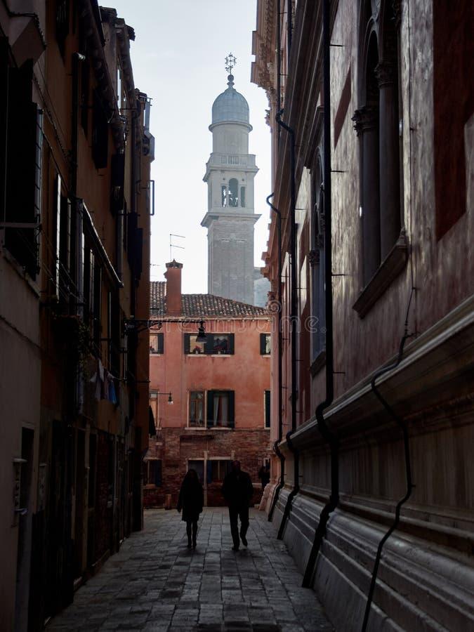 Wenecja, Włochy - Marzec 2, 2019 A par chodzi w alei w Wenecja podczas chmurnego popołudnia zdjęcia royalty free