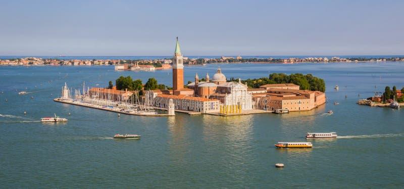 Wenecja Włochy, Czerwiec, - 27, 2014: Panoramiczny widok od St Mark dzwonnicy na wyspie i kościół San Giorgio Maggiore zdjęcie stock