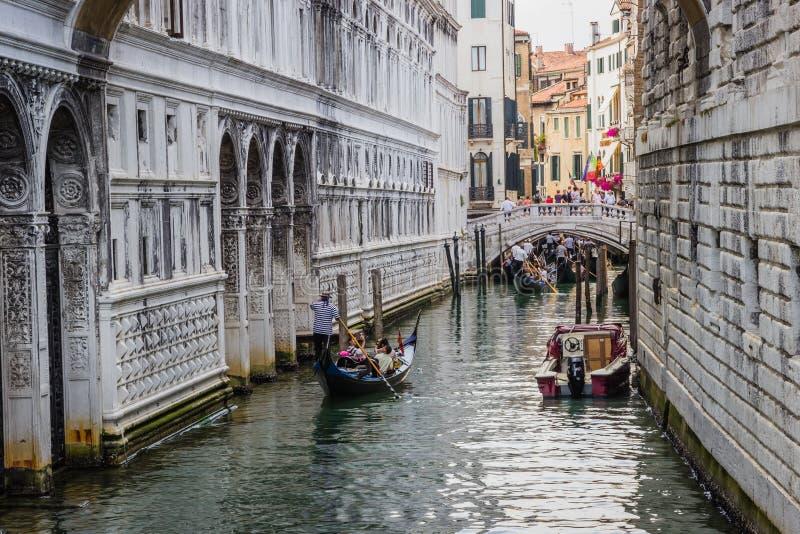 Wenecja Włochy, Czerwiec, - 27, 2014: Turyści żegluje na gondolach na wodnym kanale pod mostem westchnienia fotografia royalty free