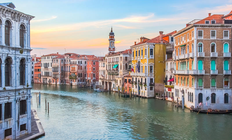 Wenecja Włochy, Czerwiec, - 27, 2014: Zmierzch w Wenecja, Włochy - widok na kolorowych domach na kanał grande obrazy royalty free