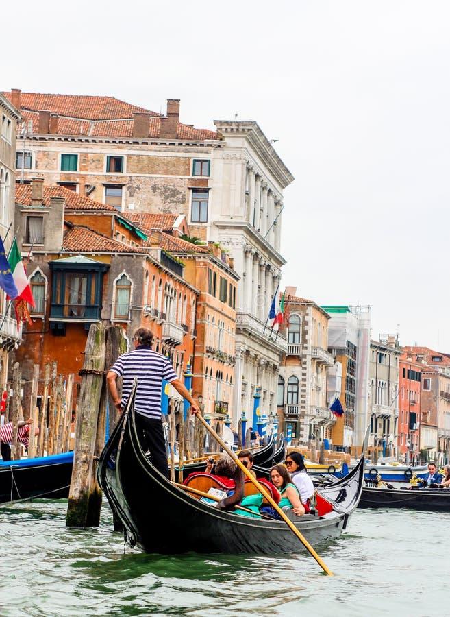Wenecja Włochy, Lipiec, - 25, 2016: Gondola przy kantora mostem na Marzec 28, 2012 w Wenecja, Włochy Tam byli kilka tysiąc gondo zdjęcia royalty free