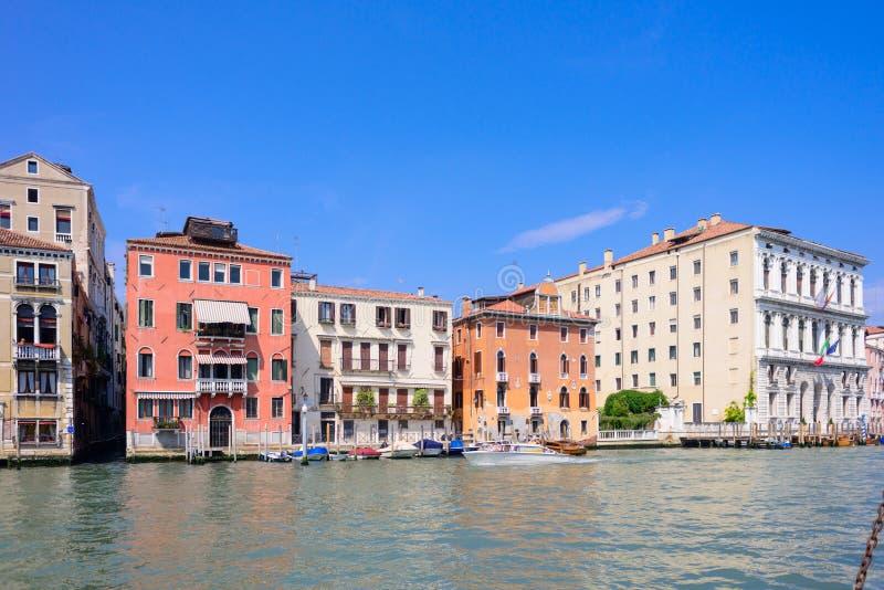 WENECJA WŁOCHY, MAJ, -, 2017: Wenecja mieści fasady i kanał grande w słonecznym dniu w Włochy obraz stock