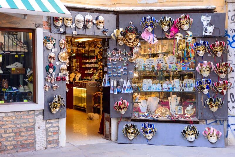 WENECJA WŁOCHY, MAJ, -, 2017: sklep pełno tradycyjne maski i pamiątki w małym stree Podczas Karnawałowych ludzi odzieży masek obraz royalty free