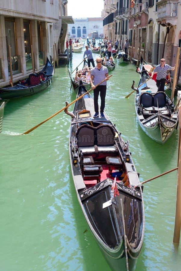 WENECJA, WŁOCHY - MAY, 2017 Zatłoczony ruch drogowy gondole w Wenecja samochody są zajęte bezszwową asfaltowi ruchem tapetę wekto zdjęcie royalty free