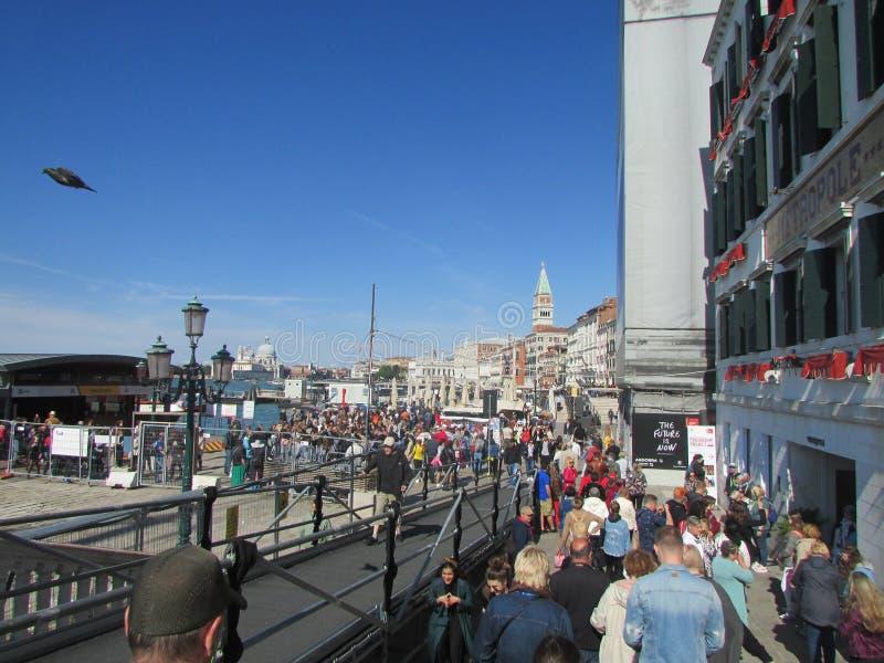 Wenecja, Włochy, tłumy turyści na nabrzeżu iść od mola miasto zdjęcie royalty free