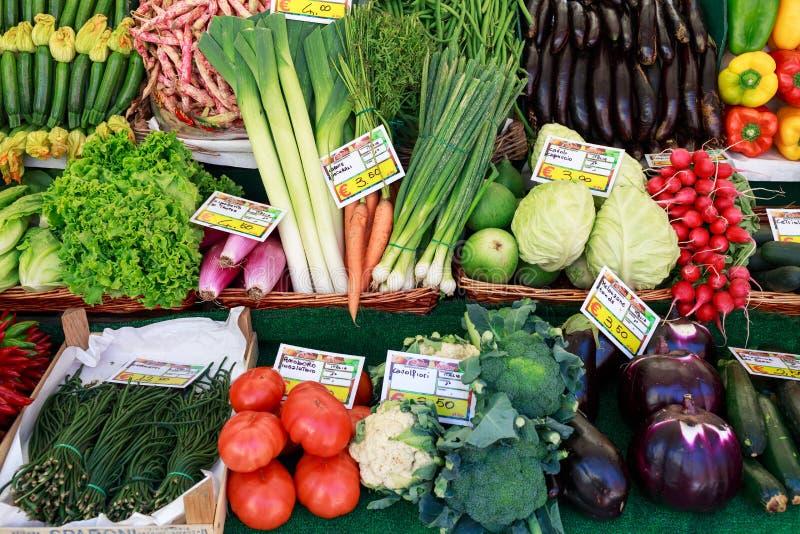 Wenecja Włochy, Wrzesień, - 2016, rynek Fishmonger przy pracą Pastylki z ceną pomidory, kapusta, oberżyna, rabarbar, cebule, samo obraz stock