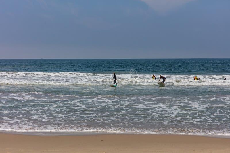 Wenecja wyrzucać na brzeg, surfingowowie iść surfować, oceanu morza fale obrazy stock
