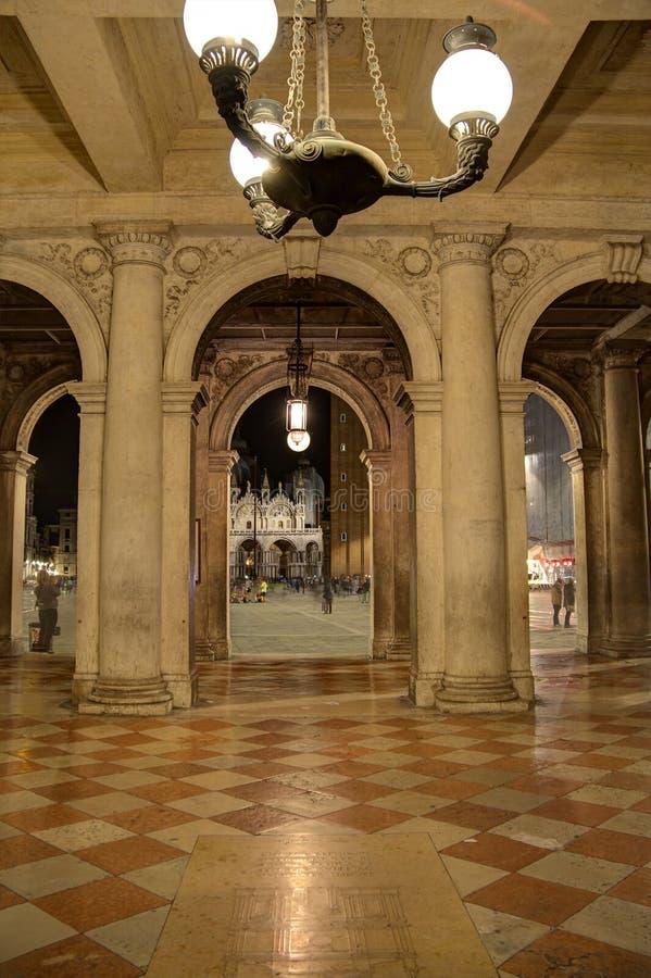 Wenecja Wysklepiał przejście z światłami zdjęcie royalty free
