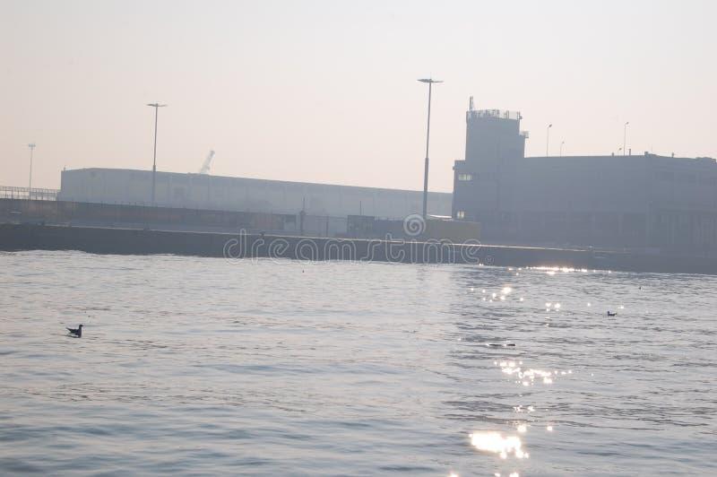 Wenecja zatoka przy wschód słońca świecenie światło na wodzie, budynki w mgle obraz stock