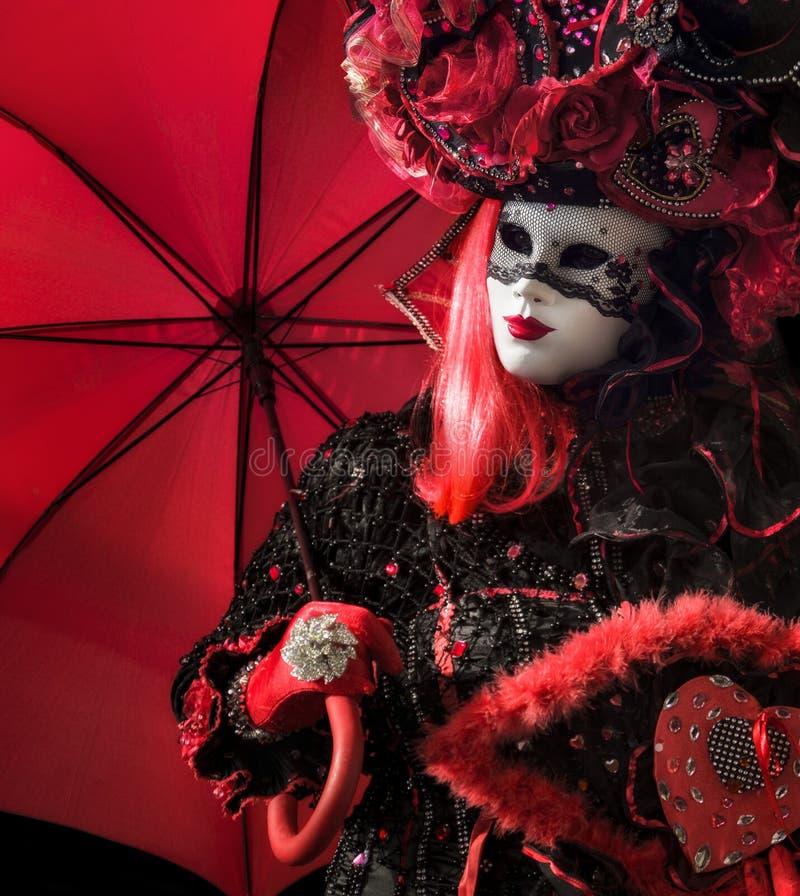 Wenecka kobieta z czerwonym parasolem obraz stock