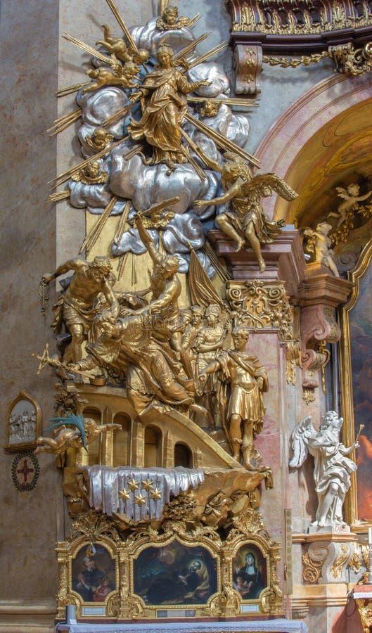 Wenen - Beeldhouwwerk van Martyrium van st. John Nepomuk op zijaltaar van barokke st. Peter kerk of Peterskirche stock foto