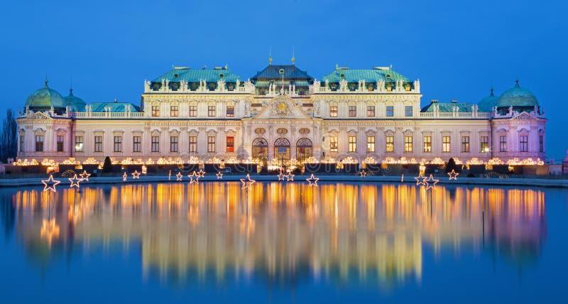 Wenen - Belvedere paleis bij de Kerstmismarkt stock fotografie