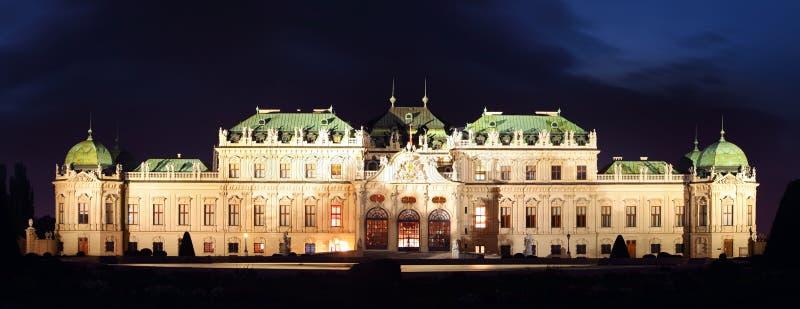 Wenen - Belvedere Paleis bij nacht stock afbeelding