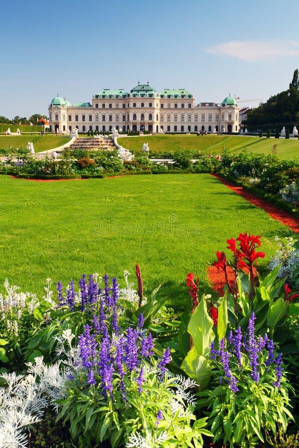 Wenen - Belvedere Paleis met bloemen - Oostenrijk royalty-vrije stock afbeeldingen