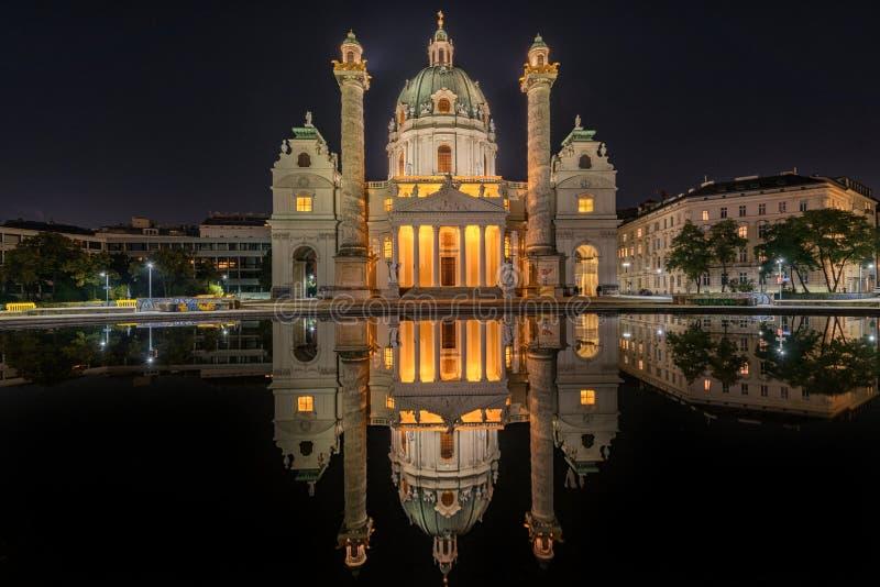 Wenen bij nacht St Charles ` s Kerk Karlskirche Karlsplatz Wenen, Oostenrijk stock foto