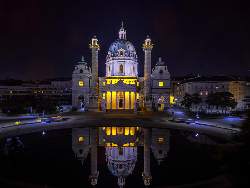 Wenen bij nacht St Charles ` s Kerk oostenrijk Karlskirche Karlsplatz royalty-vrije stock afbeeldingen