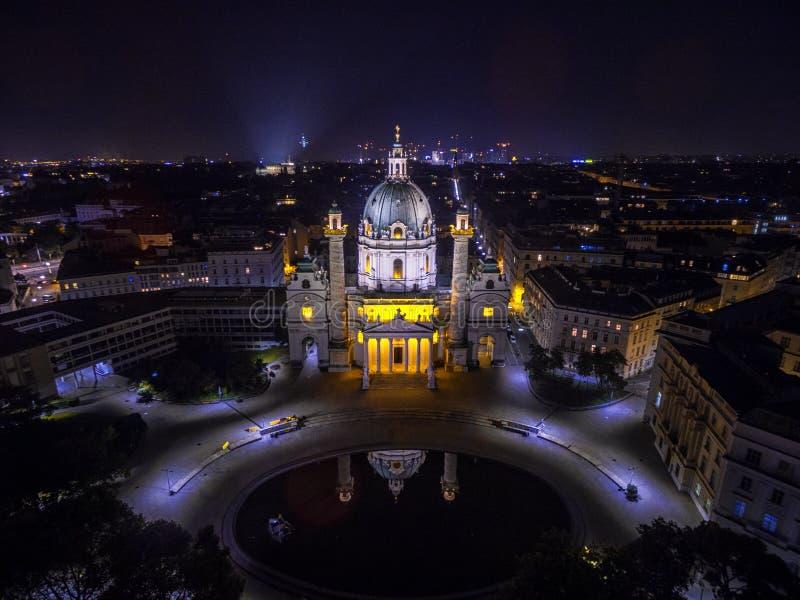 Wenen bij nacht St Charles ` s Kerk oostenrijk Karlskirche Karlsplatz royalty-vrije stock fotografie