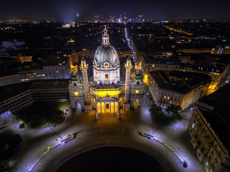 Wenen bij nacht St Charles ` s Kerk oostenrijk Karlskirche Karlsplatz royalty-vrije stock foto