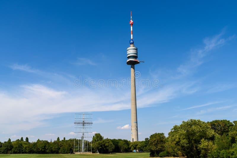 Wenen Donauturm (de Toren van Donau) stock foto