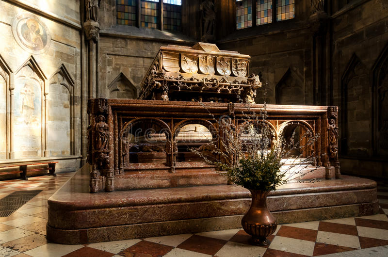 Wenen, graf van keizer Frederick III in Stephansdom royalty-vrije stock foto's