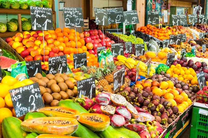 WENEN, OOSTENRIJK - APRIL 22, 2016: Fruitbox bij een markt Naschm stock foto