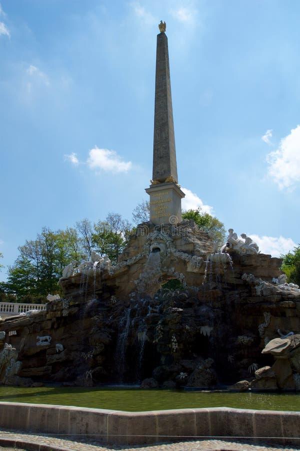 WENEN, OOSTENRIJK - 30 APRIL, 2017: Mening van Obeliskfontein Obeliskbrunnen in het openbare park van Schonbrunn-Paleis royalty-vrije stock foto's