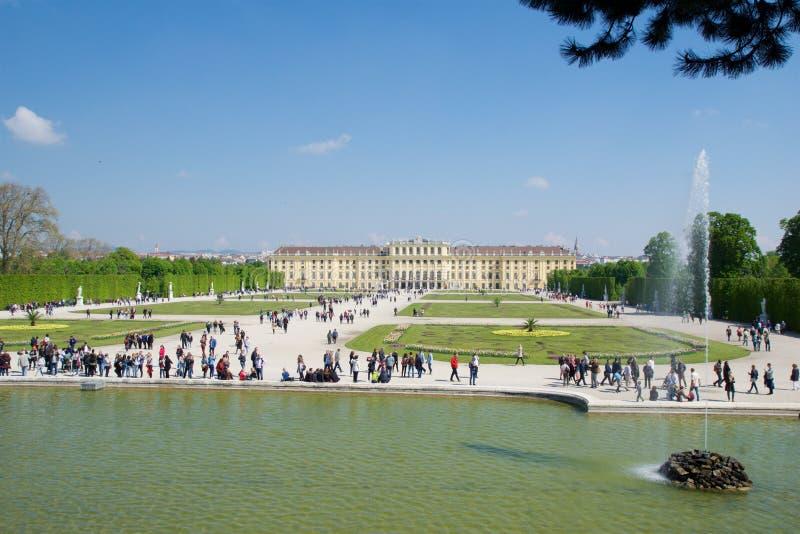 WENEN, OOSTENRIJK - 30 APRIL, 2017: Schonbrunnpaleis met de Fontein van Neptunus in Wenen Het ` s een vroegere keizerruimte 1441 royalty-vrije stock fotografie