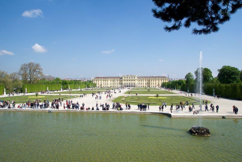 WENEN, OOSTENRIJK - 30 APRIL, 2017: Schonbrunnpaleis met de Fontein van Neptunus in Wenen Het ` s een vroegere keizerruimte 1441 stock foto's