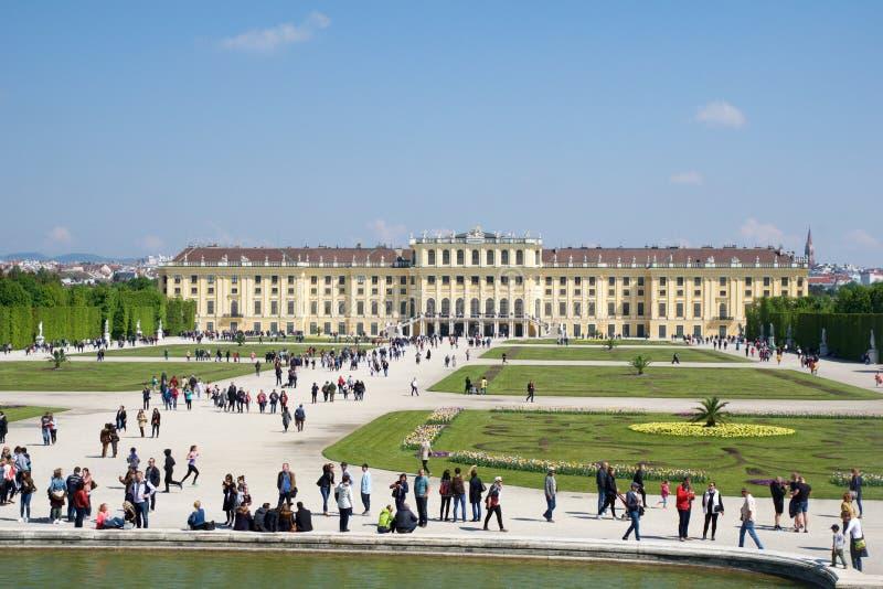 WENEN, OOSTENRIJK - 30 APRIL, 2017: Schonbrunnpaleis met de Fontein van Neptunus in Wenen Het ` s een vroegere keizerruimte 1441 stock afbeelding