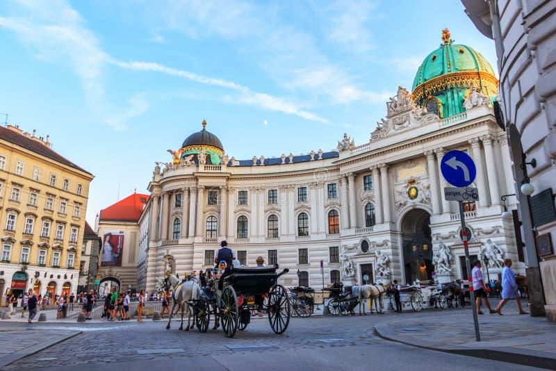 Wenen, Oostenrijk - 19 Augustus, 2018: Toeristen in het vervoer dichtbij stock fotografie