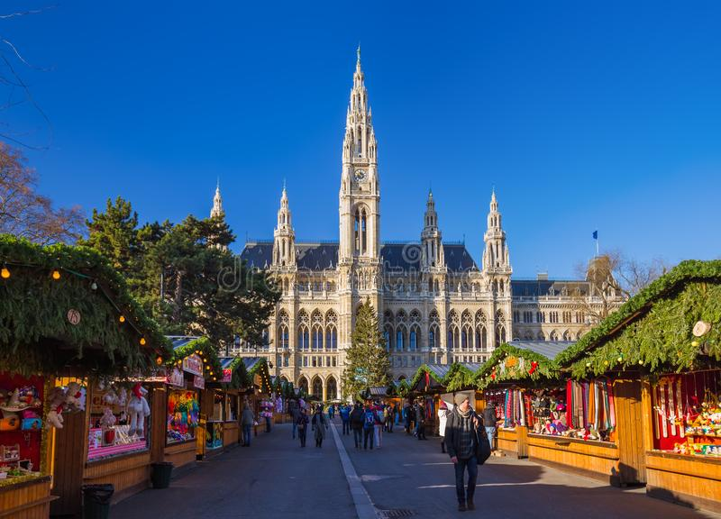 WENEN, OOSTENRIJK - DECEMBER 29, 2016: Kerstmismarkt dichtbij Stad stock afbeelding