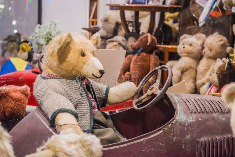 Wenen, Oostenrijk, 2 03 2019 Een ongebruikelijke tentoonstelling van verschillende oude teddyberen in gewone acties van mensen De royalty-vrije stock foto