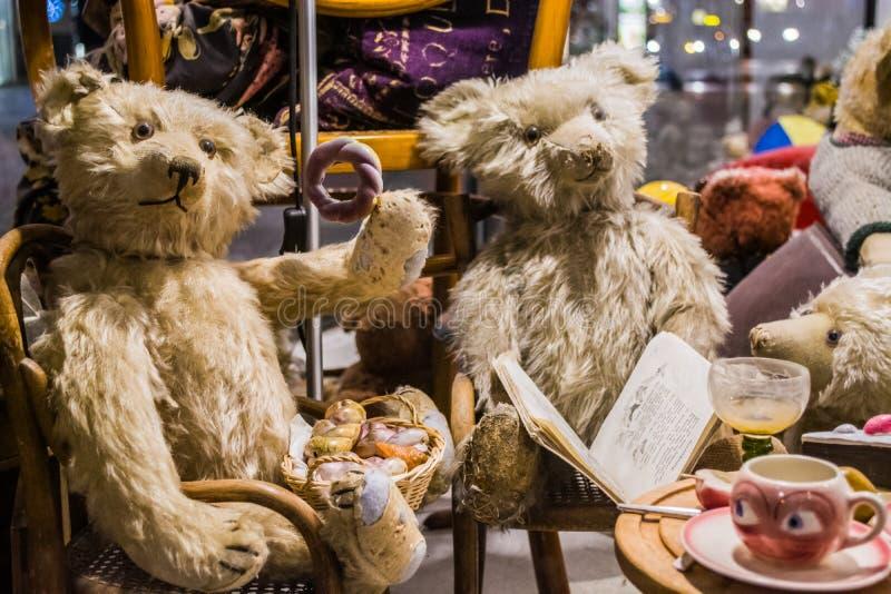 Wenen, Oostenrijk, 2 03 2019 Een ongebruikelijke tentoonstelling van verschillende oude teddyberen in gewone acties van mensen De stock fotografie