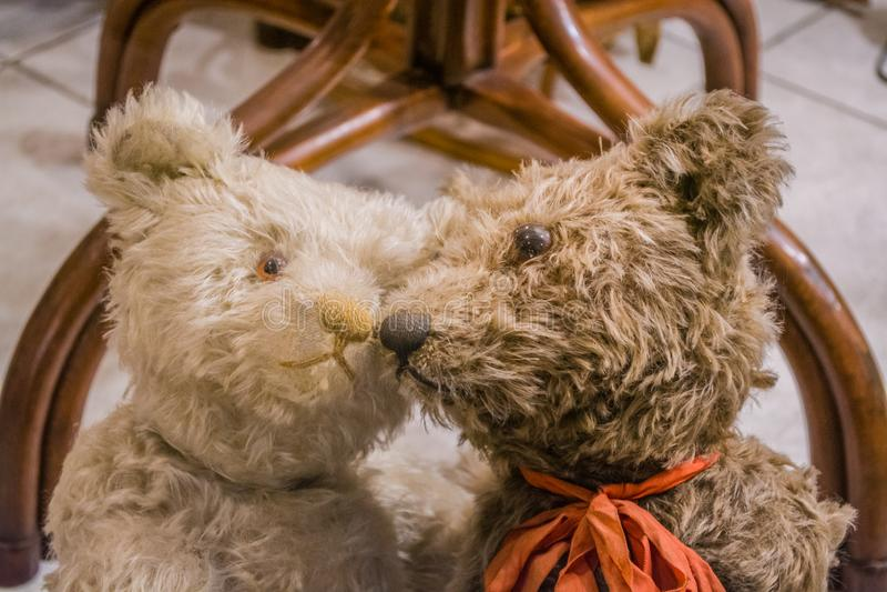 Wenen, Oostenrijk, 2 03 2019 Een ongebruikelijke tentoonstelling van verschillende oude teddyberen in gewone acties van mensen De stock afbeeldingen