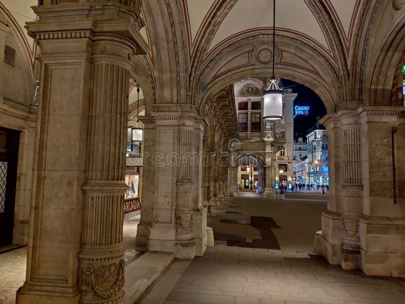 Wenen, Oostenrijk - Februari 2019: De operahuis van Wenen stock afbeeldingen
