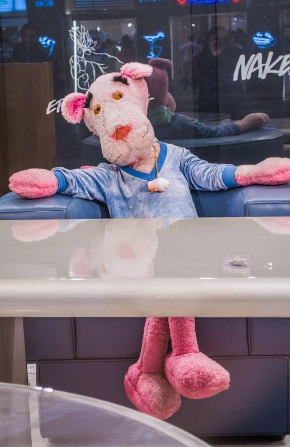 Wenen, Oostenrijk 02 03 2019 Het pluche grote stuk speelgoed in de vorm van een roze panter zit bij een bureau royalty-vrije stock afbeeldingen
